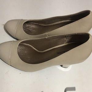 Naturalized Round pumps heels.